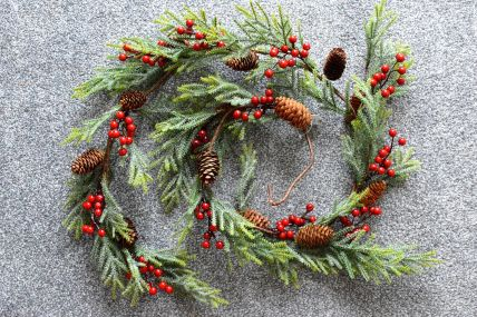 22023 - Christmas Pine Cones & Red Berries Garland